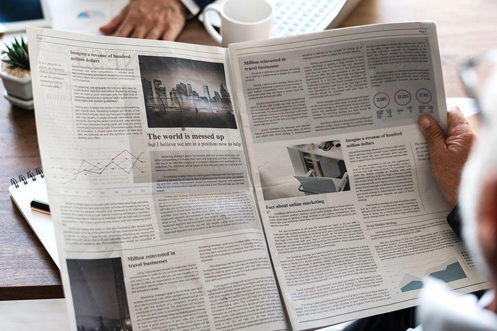 señoras que leen el periódico en la cafetería